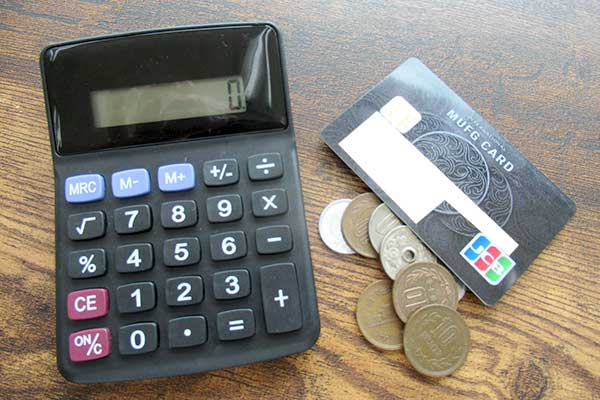 電卓とお金とクレジットカード