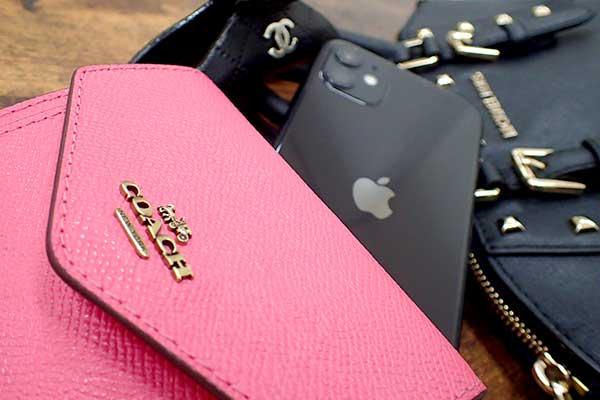 ブランドバッグと財布とスマートフォン