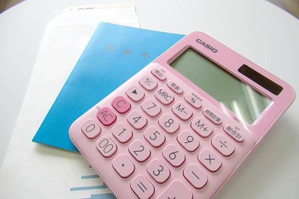 電卓と年金手帳とお金