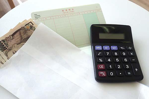 お金と通帳と電卓