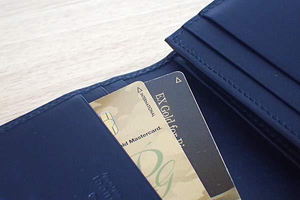 財布とゴールドカード